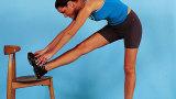 Allunga i muscoli delle cosce e della schiena