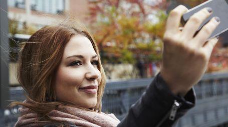 selfie donna smartphone