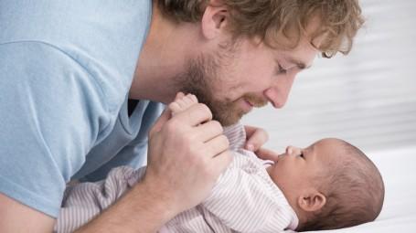 papà neonato bambino