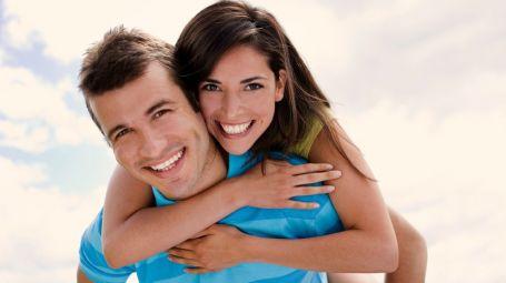 coppia felice benessere aria aperta