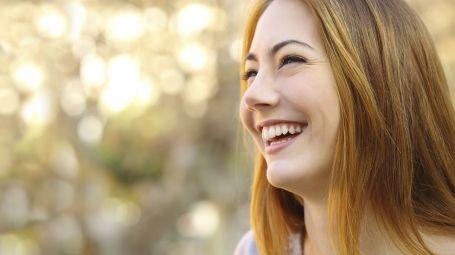 donna sorridente felice
