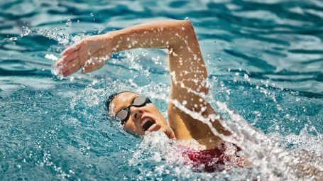Donna in piscina