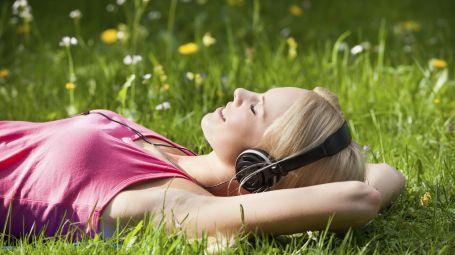 Cuffie e auricolari: giovani a rischio sordità