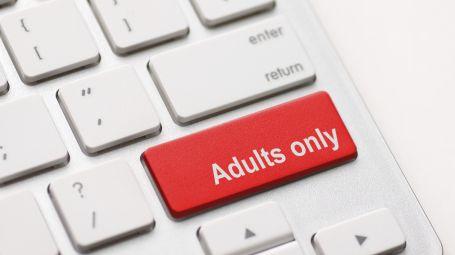 Tastiera biaanca con tasto per il maiuscolo rosso, che riporta la scritta Adults only