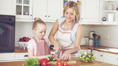 bambina mamma cucina