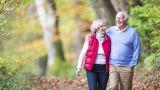 anziani passeggiano