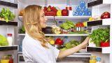 donna che cerca cibo nel frigorifero