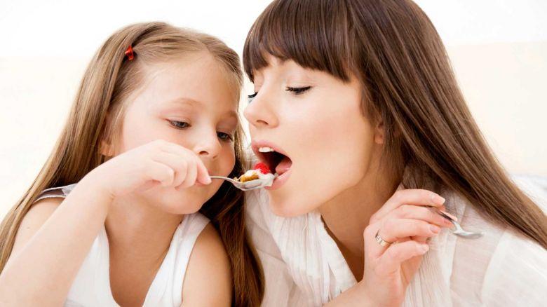 madre figlia mangiano