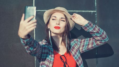 ragazza selfie smartphone