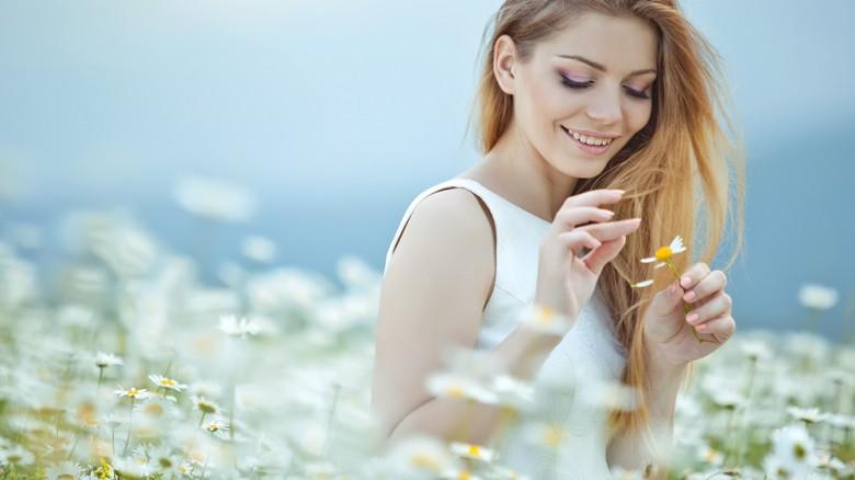 Un tuffo in un prato di fiori di campo, che non è un bagno di fieno, ma un bagno tra profumo di camomilla, tarassaco e menta selvatica. Se siete allergici, passate al punto 4