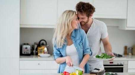 coppia in cucina