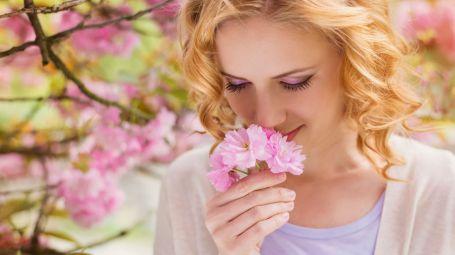 donna annusa fiore
