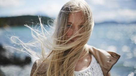 donna con capelli lunghi biondi mossi dal vento
