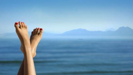 5 rimedi contro i piedi gonfi