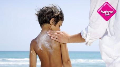 mamma applica crema solare a bambino