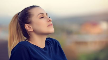 donna in relax respira profondamente