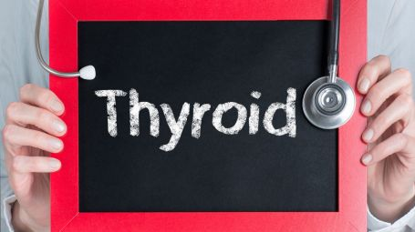 lavagna con scritto thyroid. Soprac'è uno stetoscopio appoggiato