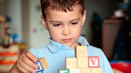 bambino che gioca con cubi di legno