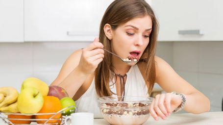 Dimagrire: perché mangiare troppo in fretta fa ingrassare