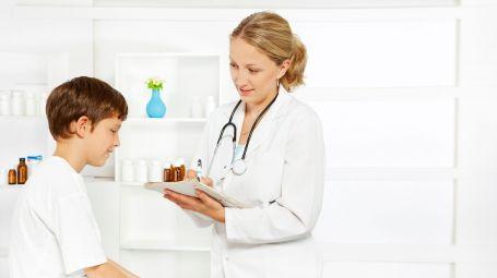 pediatra donna con bambino