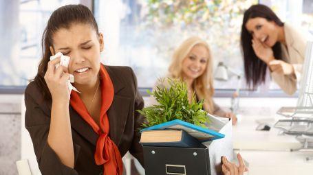 ridere del licenziamento di una collega