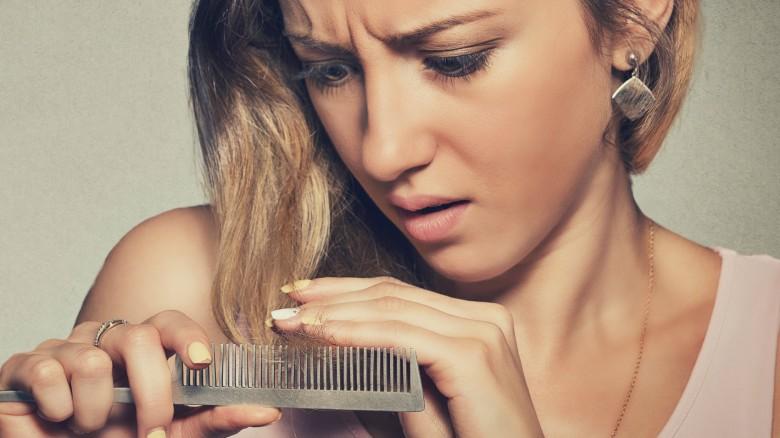 I capelli hanno germinato capelli di olio di grano