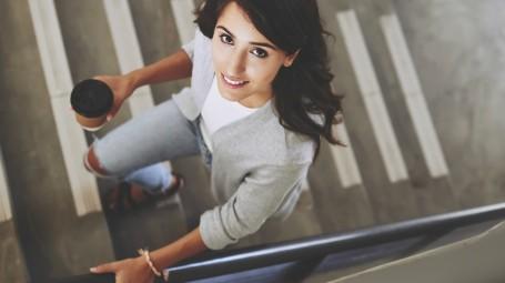 Donna sale le scale, ragazza, sorridente