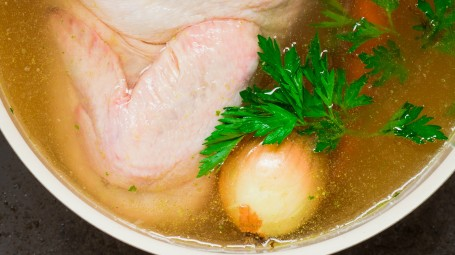 Brodo di carne: un benefico comfort food