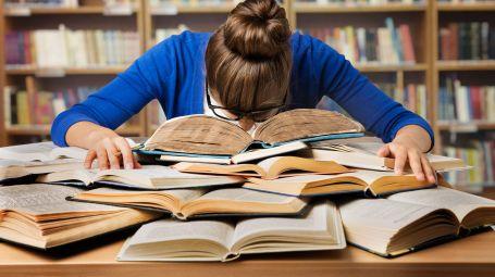 studentessa sfinita sui libri