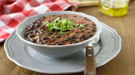 La zuppa messicana di fagioli neri