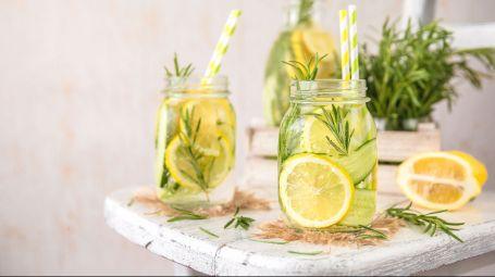 bevande con erbe e limone disintossicanti