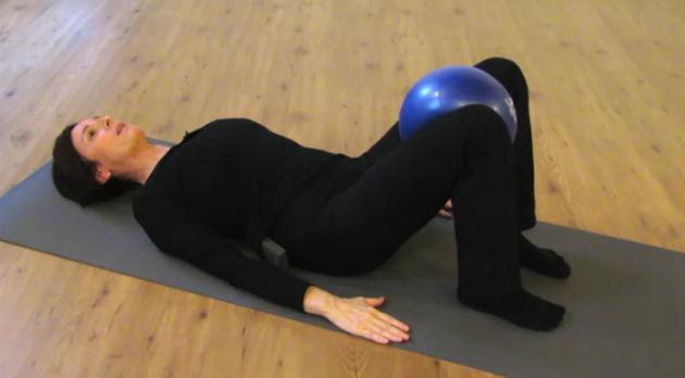 Esercizio con la palla per tonificare interno coscia e for Dimagrire interno coscia benessere 360