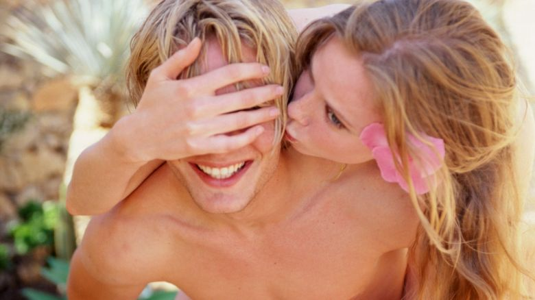 donna fa massaggio prostatico a uomo de