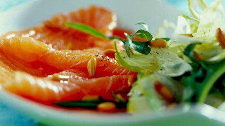 Carpaccio di salmone con puntarelle Starbene