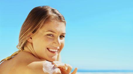 Proteggere la pelle al sole: come abbronzarsi in sicurezza