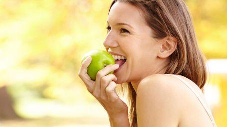 donna mangia mela