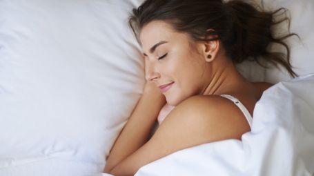 Dormire bene per ringiovanire: strategie e beauty routine notturna