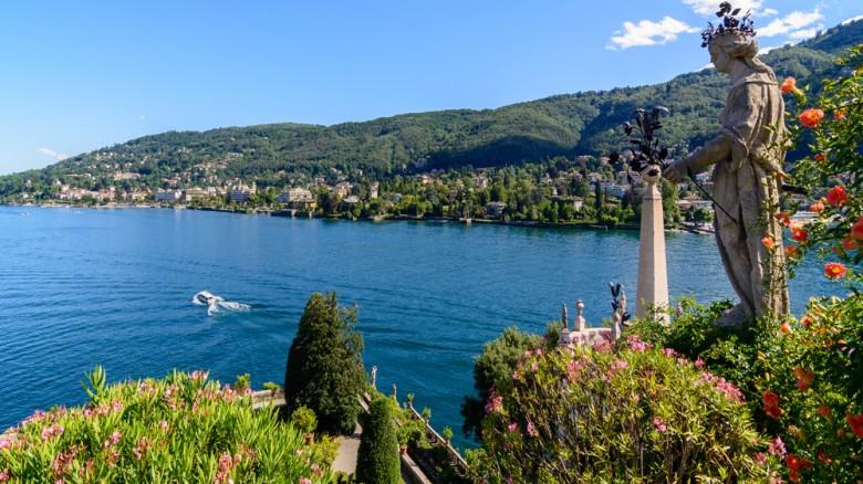 Un giro in battello tra le isole Borromee sul Lago Maggiore: un tripudio di colori e profumi di camelie, di protee, di glicini e di ibiscus. Per chi ama il Lago di Como, imperdibile è il giardino di Villa Carlotta a Tremezzo