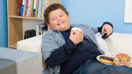 bambino grasso mangia dolci