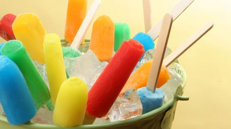 ghiaccioli colorati in una ciotola