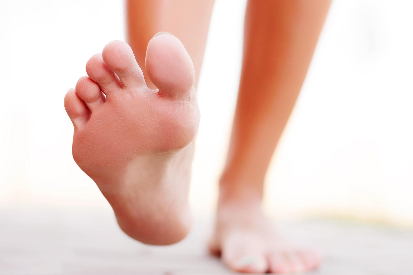 piedi nudi in primo piano in movimento