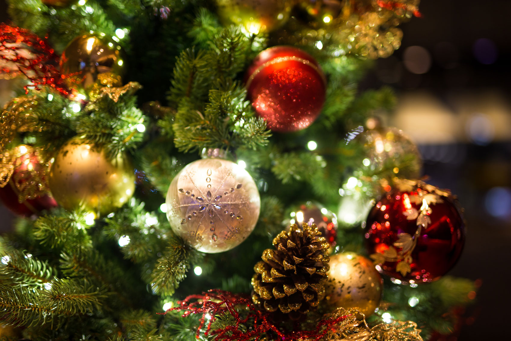 Albero Natale Decorato Rosso 4 segreti per un albero di natale davvero magico