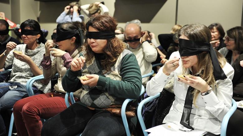 I presenti hanno assaggiato le ricette come se fossero sordociechi: erano bendati e con i tappi nelle orecchie.