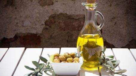 bottiglia di olio d'oliva con olive