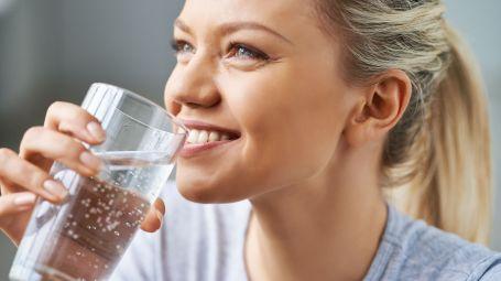 donna sorridente che beve