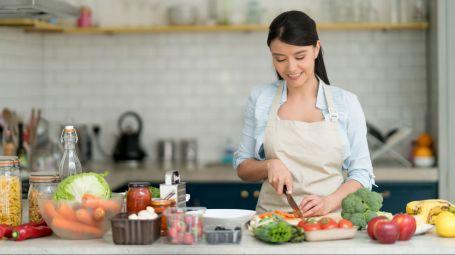 donna giovane prepara menu