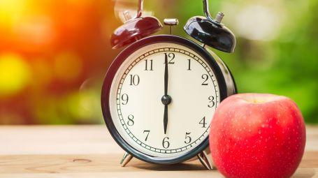sveglia e mela rossa