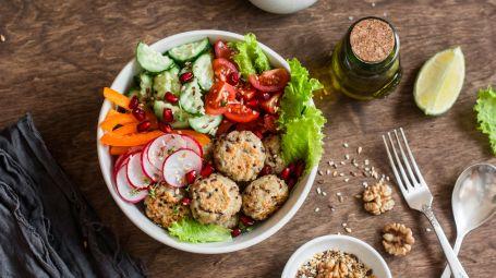 insalata mista con polpette di quinoa