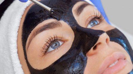 Detox: come fare la maschera al carbone