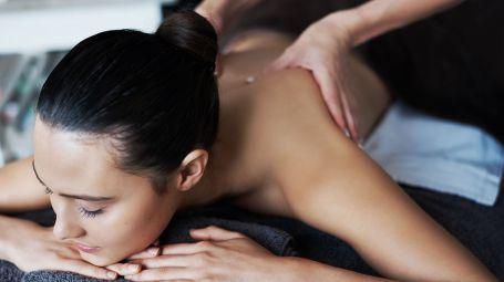 massaggio schiena donna